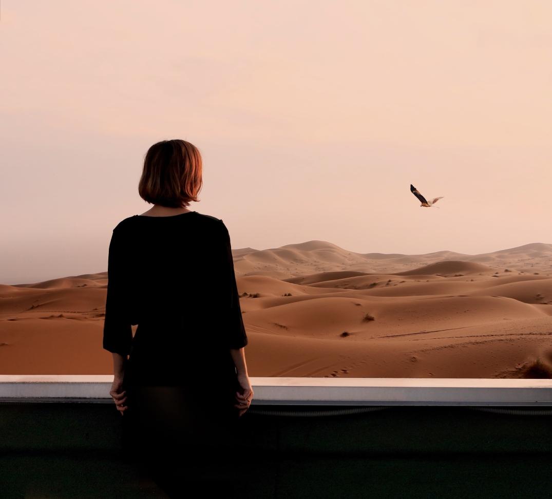 Viaggiatrice su un mare di sabbia